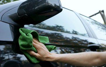 Tài xế rửa xe