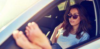 Lái xe chân trần