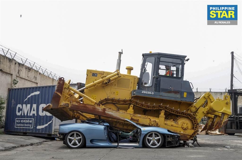 Ferrari Spider bị nghiền nát