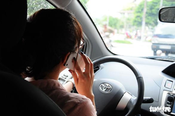 Lái xe nghe điện thoại