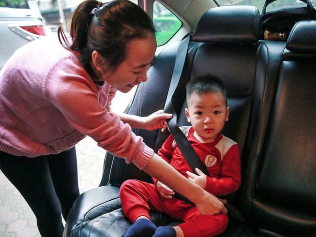 Trẻ em ngồi ô tô