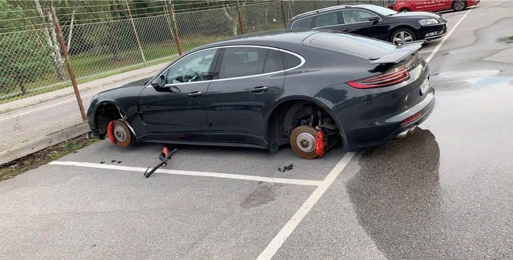 Panamera trộm bánh xe