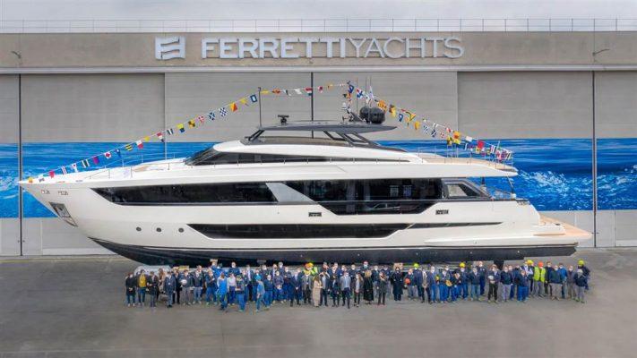 Du thuyền Ferretti 1000